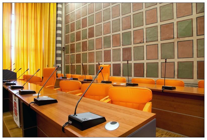 Arredo aula consiliare - realizzazione di sala consiliare a Pisa ...